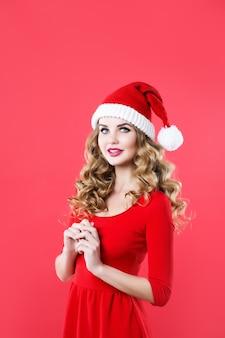 Schöne blonde frau in der weihnachtsmütze