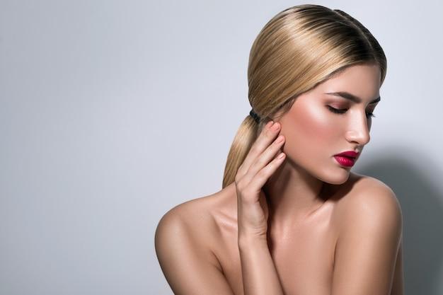 Schöne blonde frau mit den roten lippen