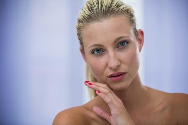 Schöne blonde frau mit gesunder haut