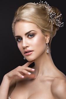 Schöne blonde frau mit perfekter haut, abendmake-up, hochzeitsfrisur und zubehör