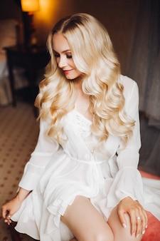 Schöne blondie braut im schlafzimmer