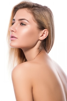 Schöne blondine auf weißem hintergrund