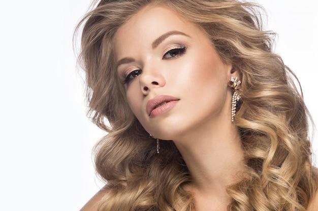 Schöne blondine in einem hochzeitsbild mit locken, helle lippen