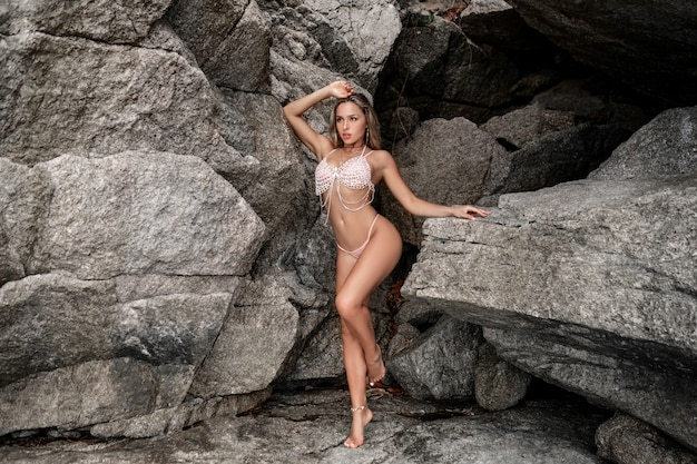 Schöne blondine in einem modischen badeanzug und einer diamantkette