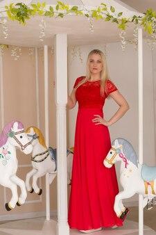 Schöne blondine in einem roten kleid