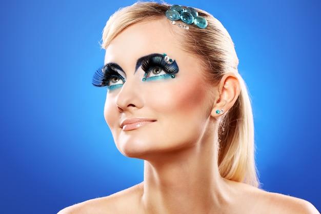 Schöne blondine mit künstlerischem make-up