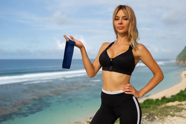 Schöne blondine treibt sport im freien