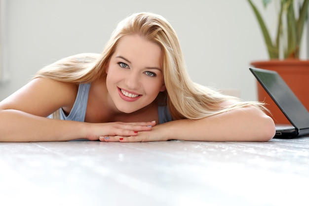 Schöne blondine