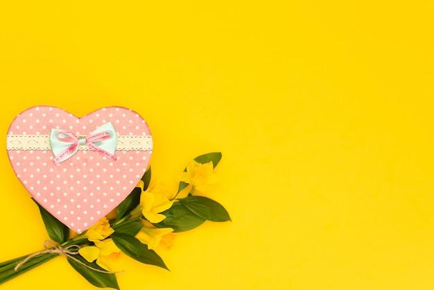 Schöne blühende gelbe narzissenblumen lokalisiert auf gelb