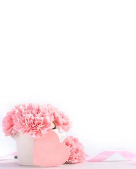 Schöne blühende zarte nelken des rosa babys in einer weißen vase lokalisiert auf hellem hintergrund, nahaufnahme, kopienraum