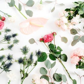 Schöne blüten: rosen, eringium, anthuriumblüte, eukalyptus auf weiß.