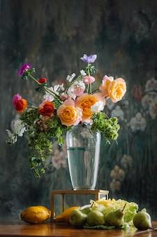 Schöne blume in der vase mit zitronen, die unten wie bildgrafik der renaissance liegen