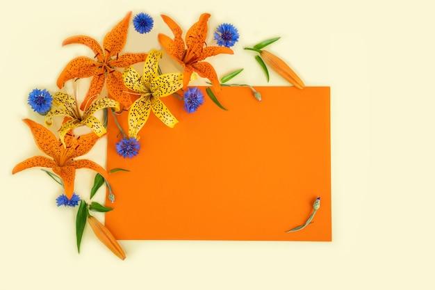 Schöne blumen auf einem orangefarbenen hintergrund mit kopienraum