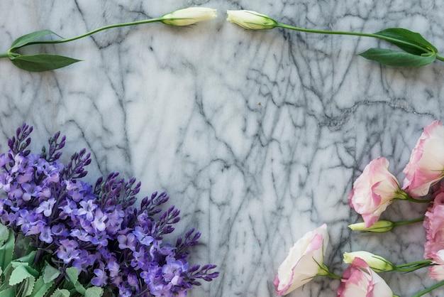 Schöne blumen auf marmorplatte