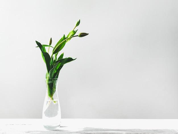 Schöne blumen, die in einer vase auf dem tisch stehen. nahaufnahme, keine leute, seitenansicht