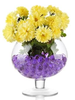 Schöne blumen in der vase mit hydrogel lokalisiert auf weißer oberfläche