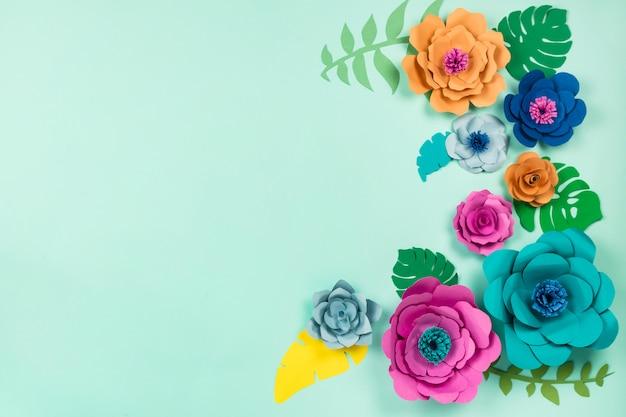 Schöne blumen. papercraft blumen auf blauem hintergrund, draufsicht, flache lage, copyspace