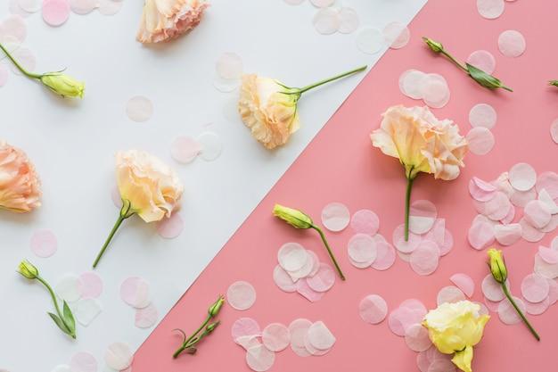 Schöne blumen und draufsicht der konfettis