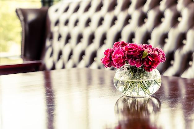 Schöne blumenstraußblume in der vase auf tisch