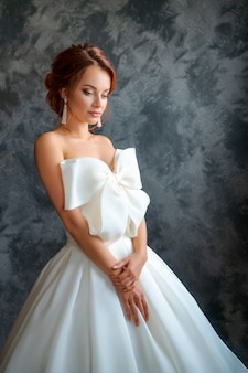 Schöne braut im hochzeitskleid, im schönen make-up und im anreden