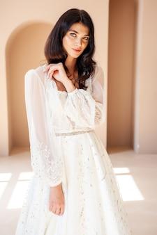Schöne braut im hochzeitskleid