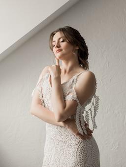 Schöne braut im luxushochzeitskleid, das auf bräutigam wartet