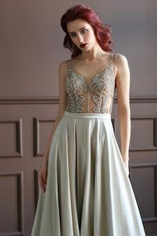 Schöne braut im weißen hochzeitskleid