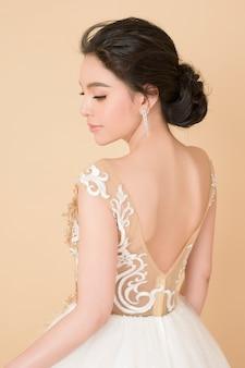 Schöne braut im wunderschönen couture-kleid