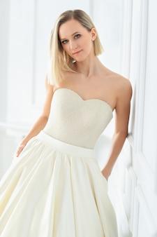 Schöne braut in einem hochzeitskleid