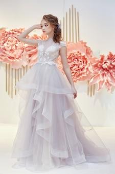 Schöne braut in einem teuren hochzeitskleid