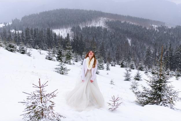 Schöne braut in einem verschneiten wald