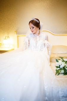 Schöne braut kleidet ihr weißes hochzeitskleid