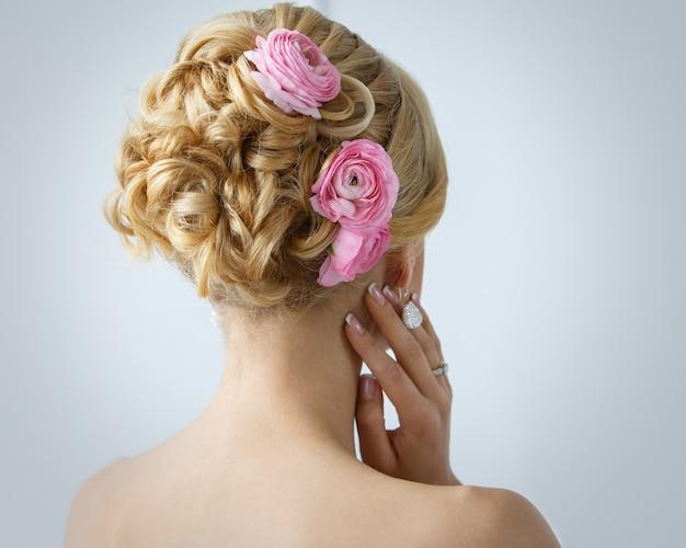 Schöne braut mit rosen auf den haaren