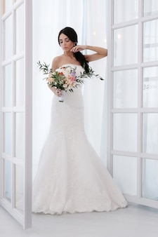 Schöne braut mit weißem kleid