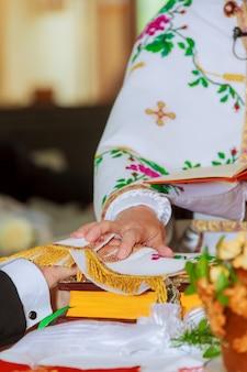 Schöne braut schaut ihr verlobter auf hochzeitszeremonie