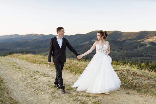 Schöne braut und bräutigam an den bergen