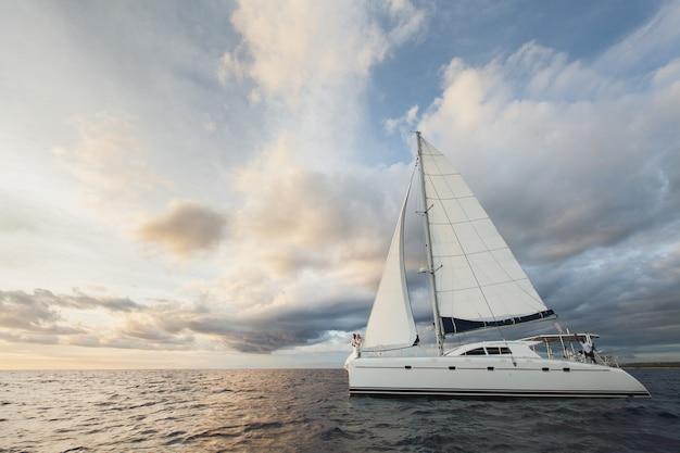 Schöne braut und bräutigam auf einer yacht im ozean
