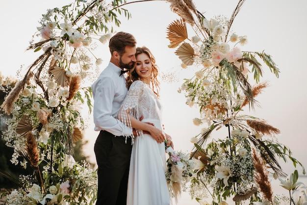 Schöne braut und bräutigam, die eine strandhochzeit haben