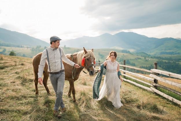 Schöne braut und bräutigam gerade in berglandschaft verheiratet