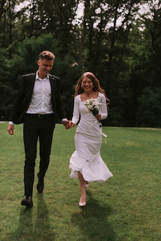 Schöne braut und bräutigam im park