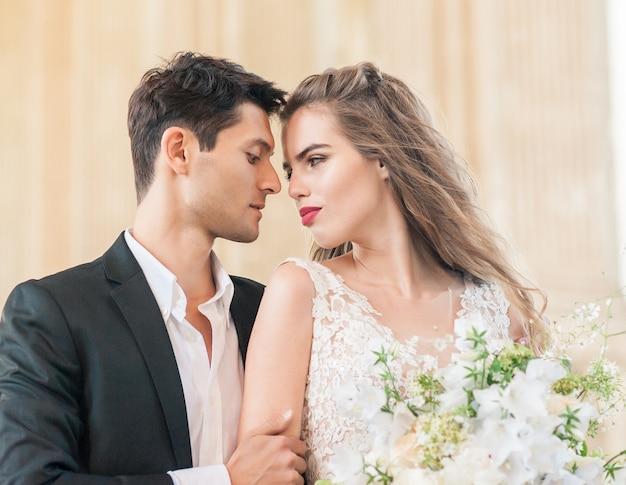 Schöne braut und bräutigam. nur verheiratet. hochzeitspaar. schließen sie.