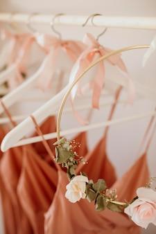Schöne brautjungfernkleider in kleiderbügeln