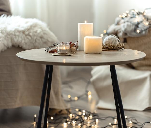 Schöne brennende kerzen im inneren eines raumes im skandinavischen stil.