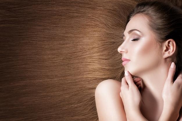 Schöne brünette frau mit gesunden langen haaren