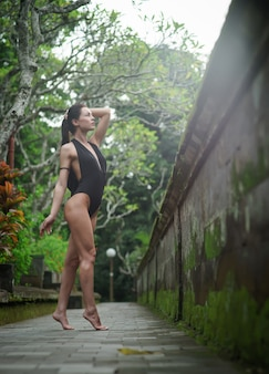 Schöne brünette frau mit perfektem körper im badeanzug auf bali