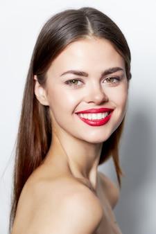 Schöne brünette frau mit roten lippen