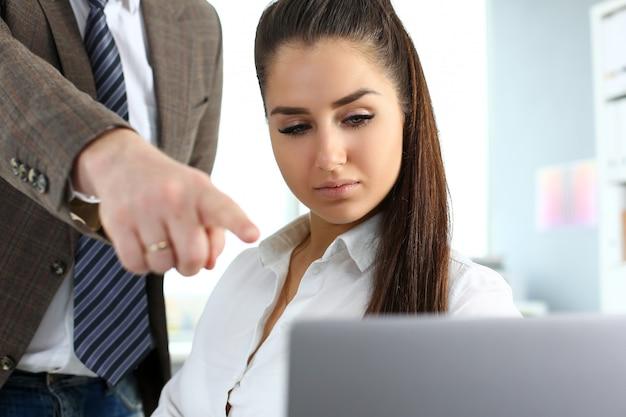 Schöne brünette frau verwenden laptop-pc im büro
