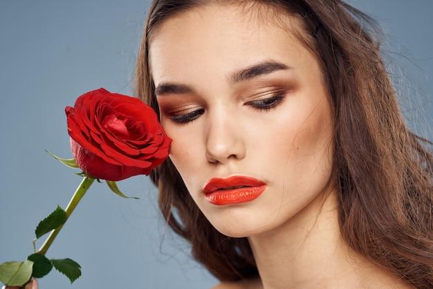 Schöne brünette mit nackten schultern und hellem make-up isoliert