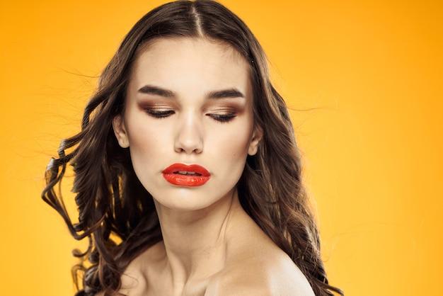 Schöne brünette nackte schultern helle make-up rote lippen
