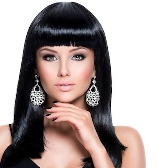 Schöne brunetfrau mit schwarzen nägeln und mode-make-up der augen